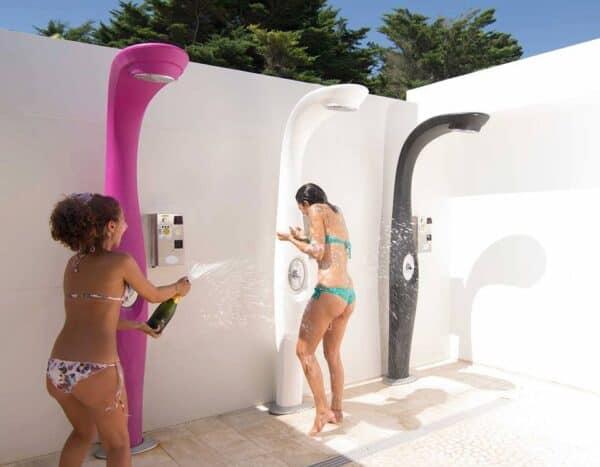 ragazze si divertono sotto la doccia